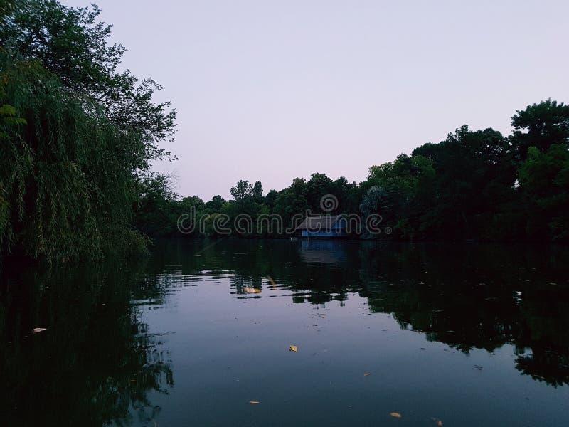 Altes Haus auf Ufer lizenzfreie stockbilder