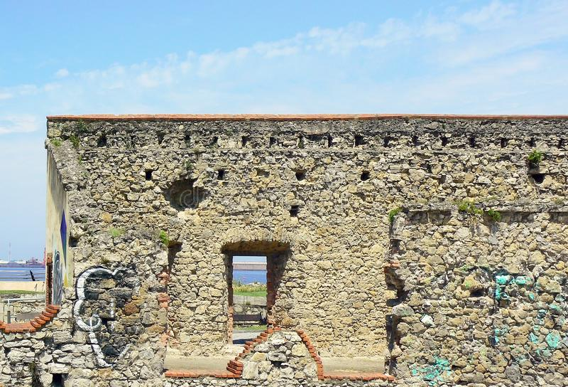 Altes Haus in den Ruinen auf der Küste von GijÃ-³ n, Asturien spanien lizenzfreie stockfotografie