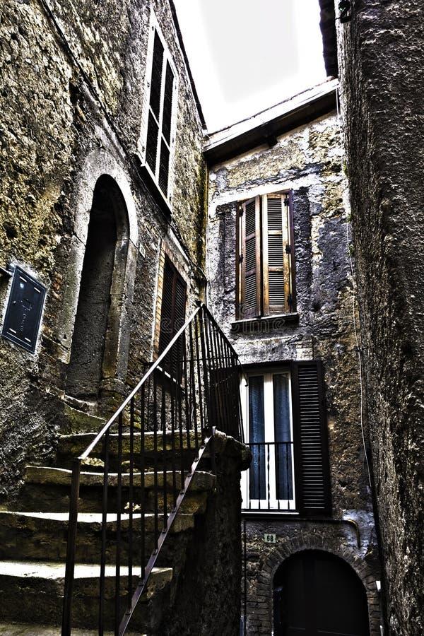 Altes Haus mit einem kleinen Treppenhaus lizenzfreie stockfotografie