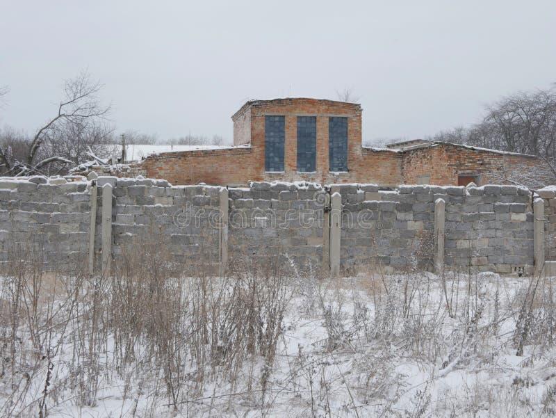 Altes Haus mit einem Zaun lizenzfreies stockbild