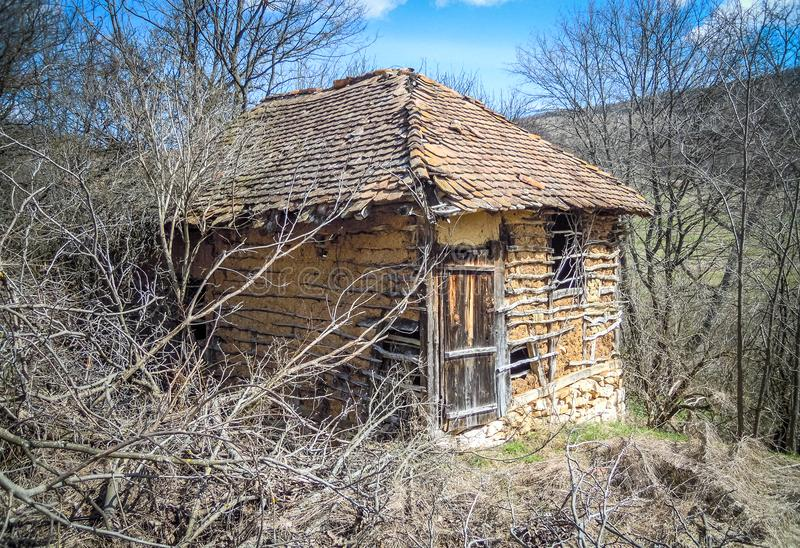 Altes Haus oder Halle des alten verlassenen serbischen Bergdorfes lizenzfreies stockfoto