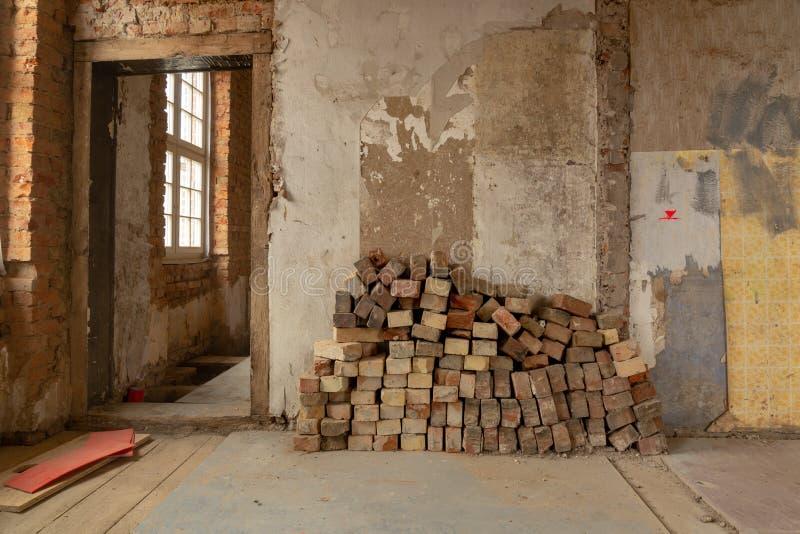 altes Haus wird weitgehend erneuert lizenzfreie stockfotos