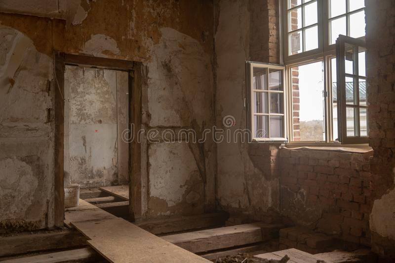 altes Haus wird weitgehend erneuert stockfotos