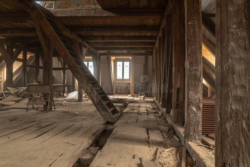 altes Haus wird weitgehend erneuert stockfotografie