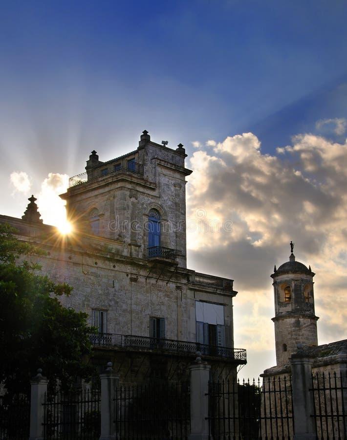 Altes Havana-Gebäude am Sonnenuntergang stockfoto