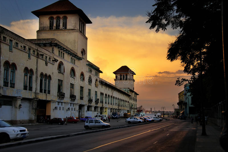 Altes Havana-Gebäude am Sonnenuntergang lizenzfreies stockbild