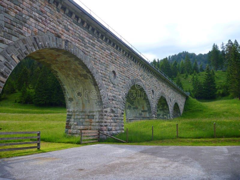 Altes historisches aquaduct gut konserviert in Österreich stockfotografie