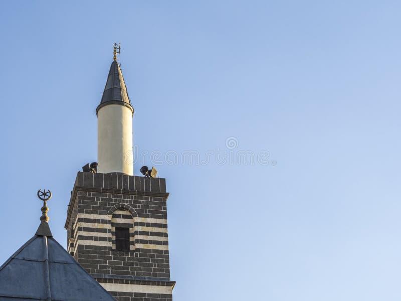 Altes historisches Diyarbakir-'ulu Moscheen'Minarett im Truthahn und im blauen Himmel stockfoto