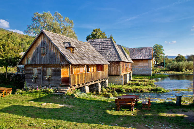 Altes historisches Dorf auf Gacka Flussquelle stockfotos
