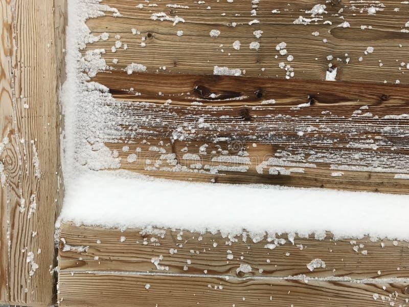 Altes Holz bedeckt mit Schneehintergrund lizenzfreies stockfoto