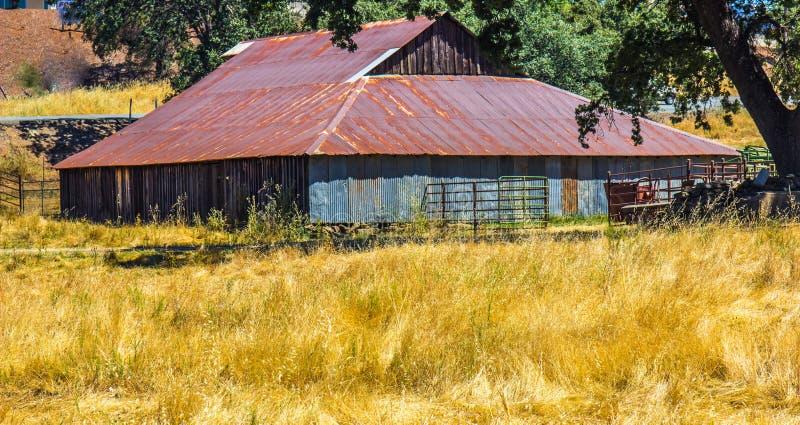Altes Holz u. Tin Building With Rusty Roof lizenzfreie stockbilder