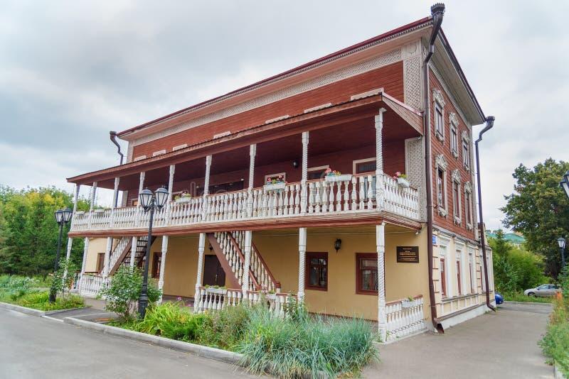 Altes Holzhaus auf Telmana-Straße Mitte für zeitgenössisches Musikgebäude in Kasan Russland lizenzfreie stockfotos
