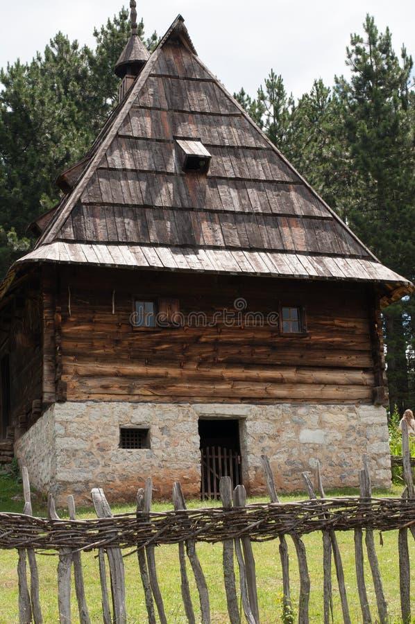 Altes Holzhaus in der Natur Haus im Berg lizenzfreie stockbilder