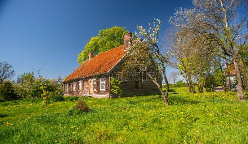 Altes Holzhaus unter blauem Himmel stockbild