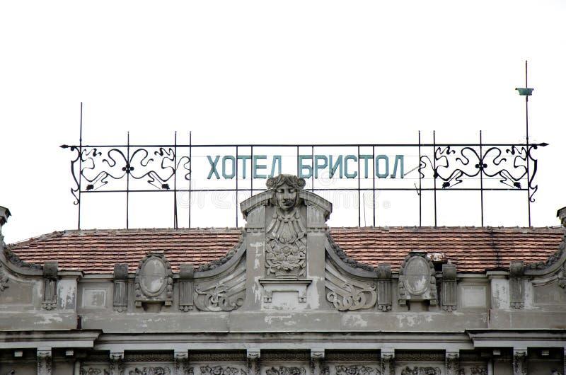 Altes Hotel Bristol auf dem Dach, kyrillische Briefe und Art-Deco-Jugendstil-Ornamente stockbilder