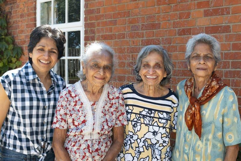 Altes indisches Frauenfamilientreffen lizenzfreie stockfotos