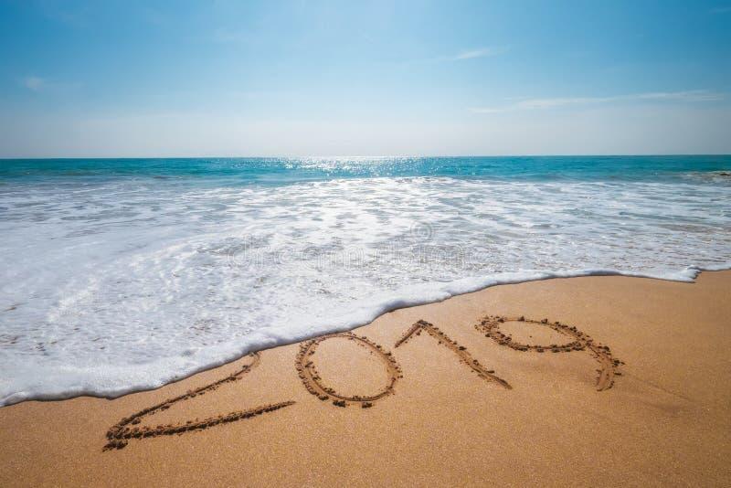 Altes Jahr 2019 verkündet Konzept sandig tropischen Ozean Strand Päckchen und glückliches neues Jahr 2020 kommt Urlaub auf warmem lizenzfreie stockbilder