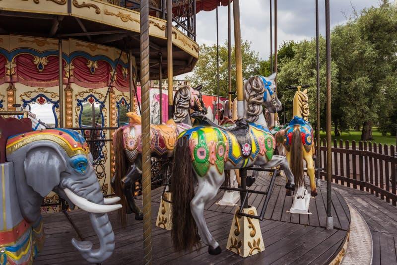Altes Karussell im Vergnügungspark ohne Leute lizenzfreie stockfotografie