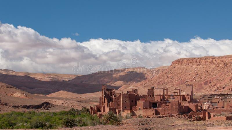 Altes Kasbah-Dorf in der Wüste von Marokko lizenzfreies stockbild