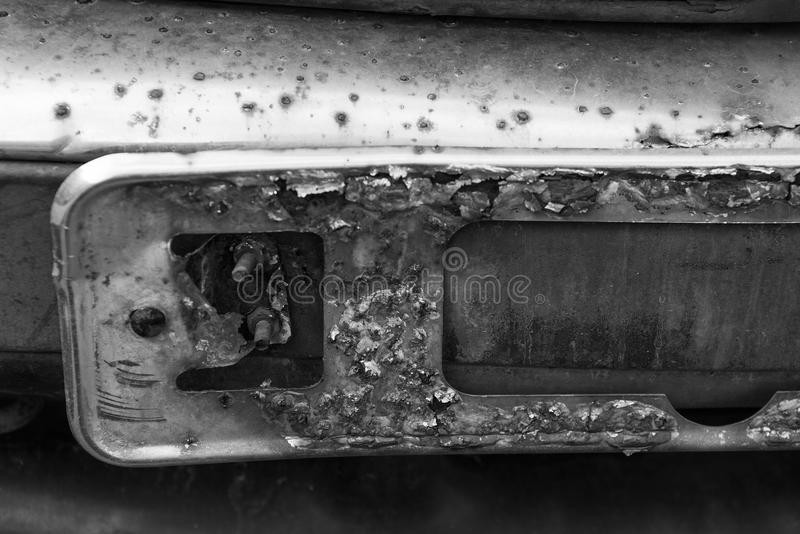 Altes Kfz-Kennzeichen-Auto des Schwarzweiss-Fotos lizenzfreies stockbild