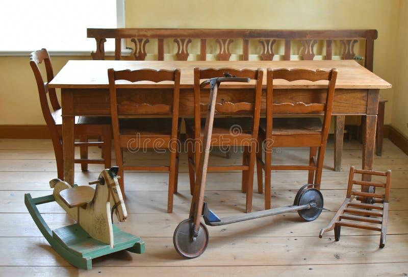 Altes Kinderzimmer mit Spielwaren stockfotos