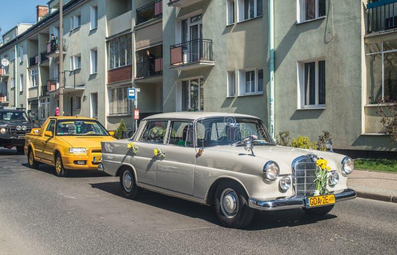 Altes klassisches Mercedes, das auf eine Parade fährt lizenzfreie stockfotos