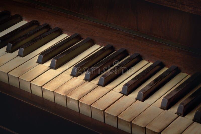 Altes Klavier gelb gefärbte Schlüssel stockfoto