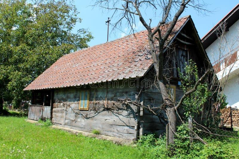 Altes kleines hölzernes Landfamilienhaus verlassen von den Inhabern gelassen mit verfallenen Brettern und Fenstern lizenzfreie stockfotos