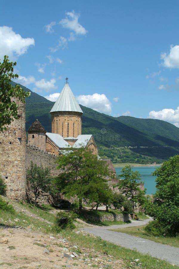 Altes Kloster nahe See, Georgia stockfotos