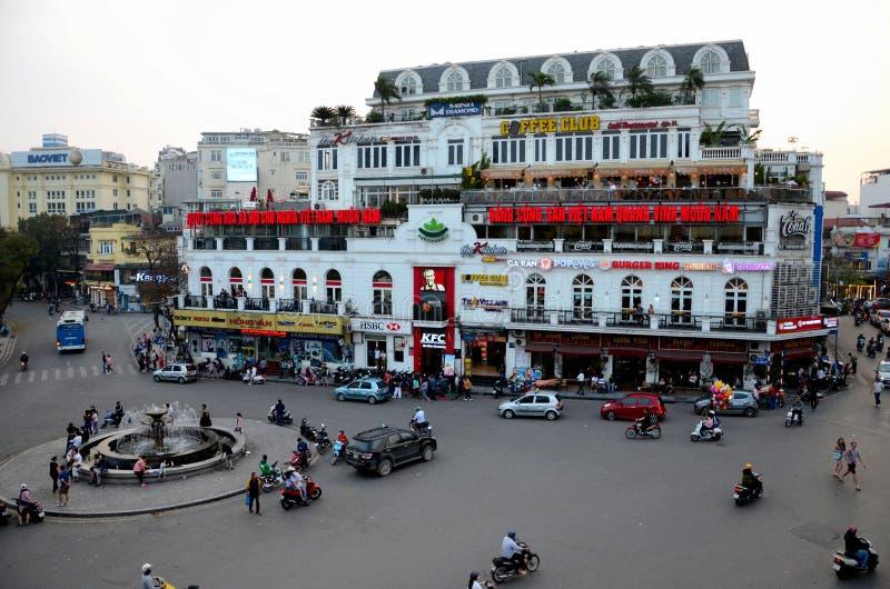 Altes Kolonial- Gebäude und Karussell mit Schnellrestaurants Hanoi-` s altes Viertel-Vietnam lizenzfreies stockfoto