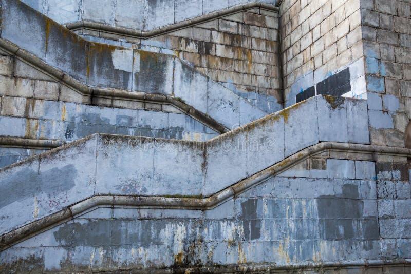 Altes konkretes Gebäude Treppe, die zu die Brücke führt lizenzfreie stockfotos