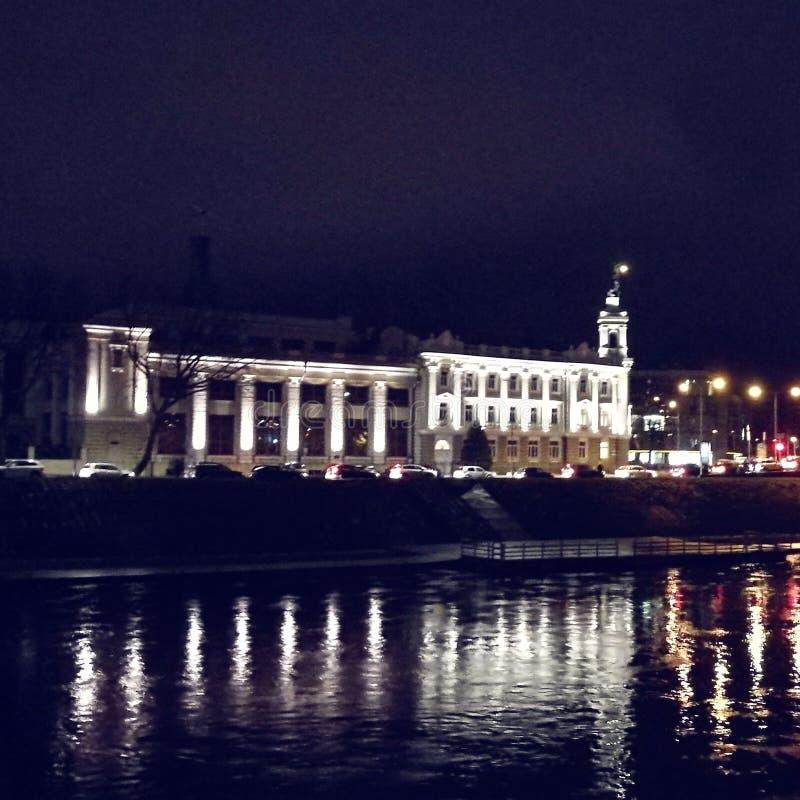 Altes Kraftwerk auf dem Flussufer lizenzfreie stockfotos