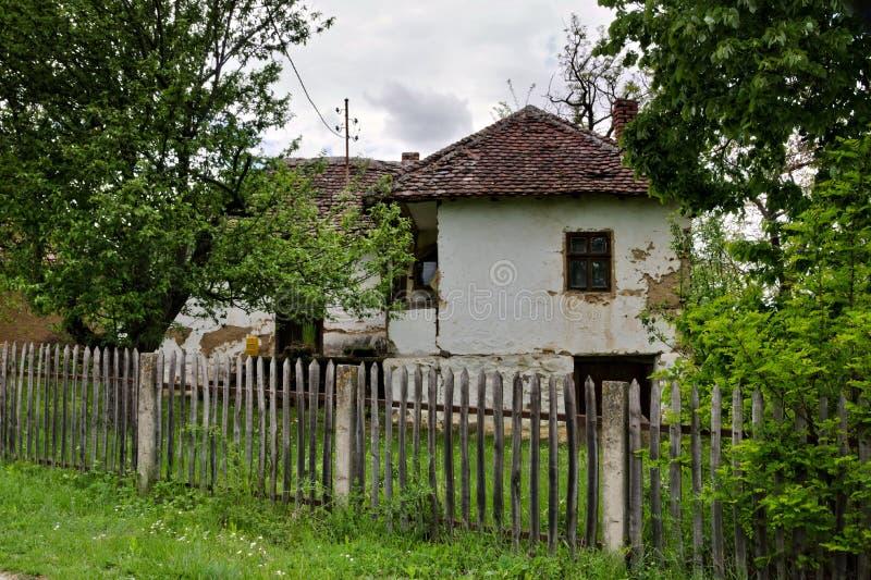 Altes ländliches Haus in Süd-Serbien lizenzfreie stockfotos