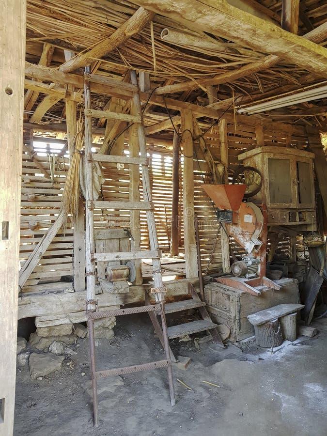 Altes Lager im Dorfhaus lizenzfreie stockfotos