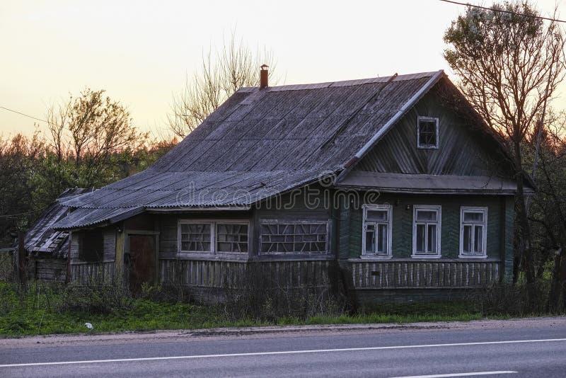 Altes Landhaus in der Nähe der Straße lizenzfreies stockbild