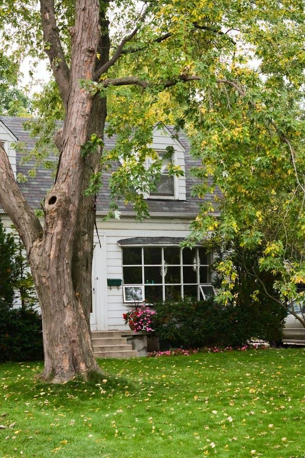 Altes Landhaus im Herbst lizenzfreies stockbild
