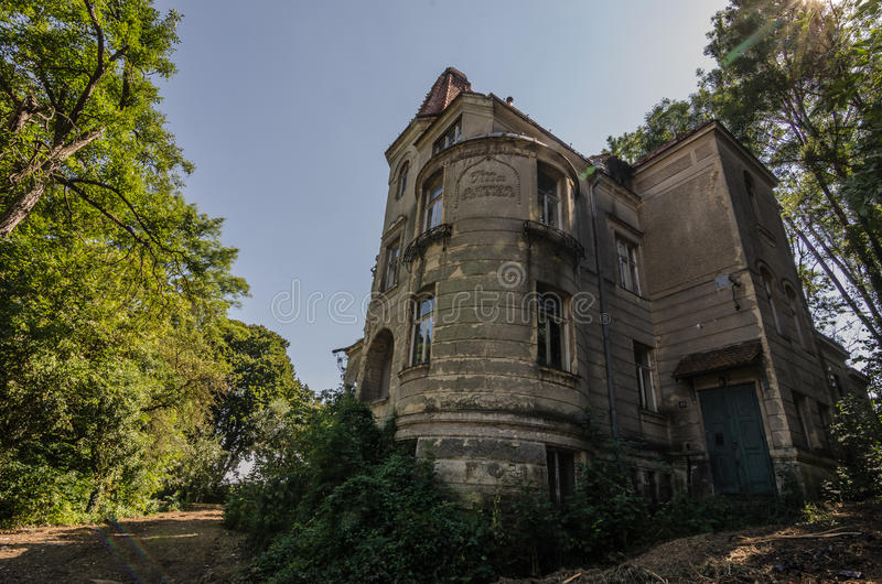 altes Landhaus im Wald stockbild