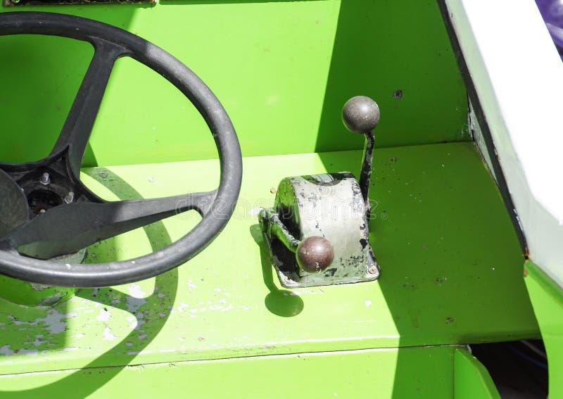 Altes Lenkrad auf einer Yachtkabinenbootssteuerplattform lizenzfreie stockfotos