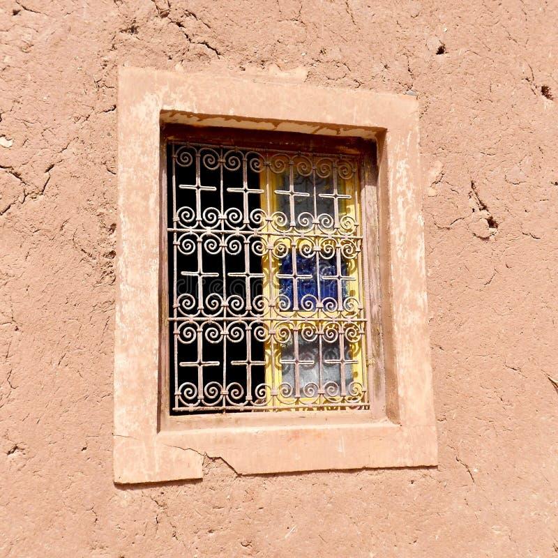 Altes marokkanisches Fenster mit Schmiedeeisengitter lizenzfreie stockfotografie