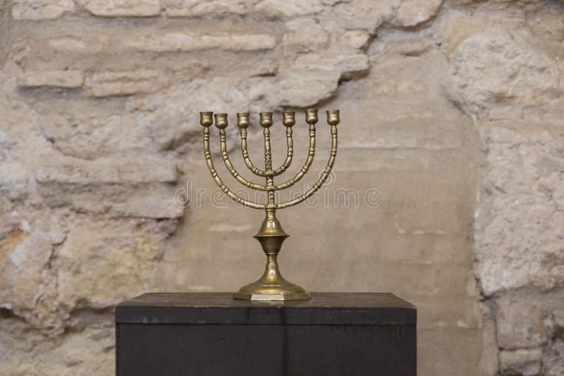 Altes menorah mit alter Wand lizenzfreie stockfotografie