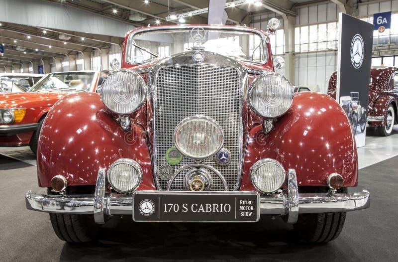 Altes Mercedes-Auto auf statischer Anzeige an der internationalen Messe stockbilder
