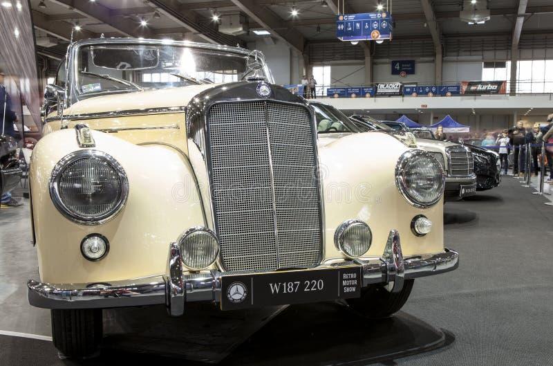 Altes Mercedes-Auto auf statischer Anzeige an der internationalen Messe lizenzfreie stockbilder