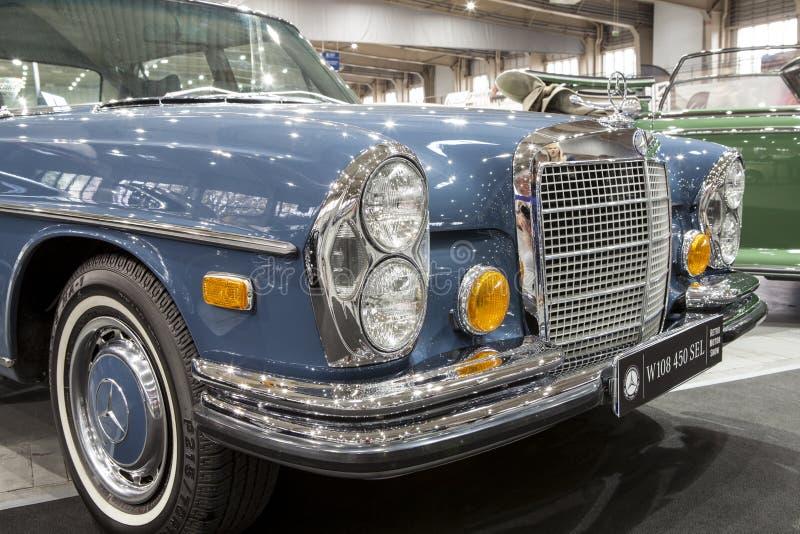 Altes Mercedes-Auto auf statischer Anzeige an der internationalen Messe lizenzfreie stockfotos