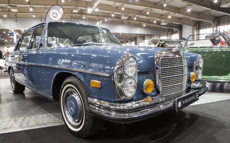 Altes Mercedes-Auto auf statischer Anzeige an der internationalen Messe stockbild