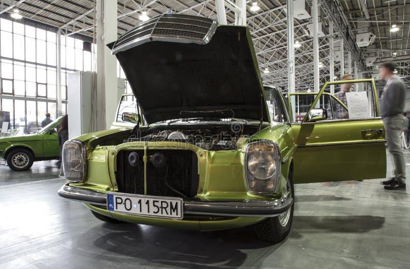 Altes Mercedes-Auto auf statischer Anzeige an der internationalen Messe stockfotografie