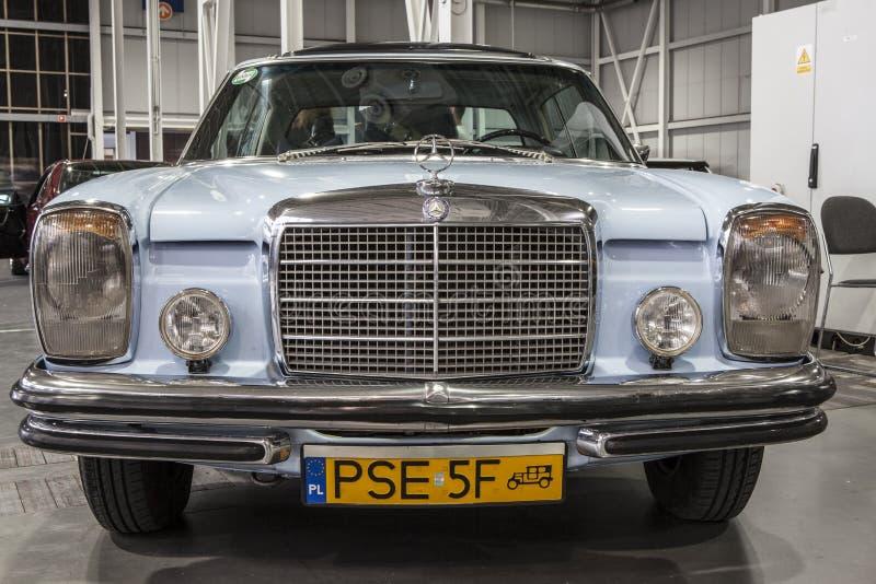Altes Mercedes-Auto auf statischer Anzeige an der internationalen Messe lizenzfreies stockfoto