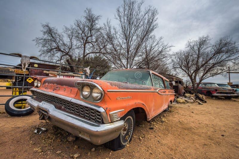 Altes Mercury Commuter-Auto auf Weg 66 in Arizona lizenzfreie stockfotos