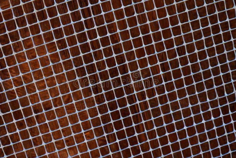Altes Metallgitter umfasst mit Rost und blured braunem Hintergrund stockbilder