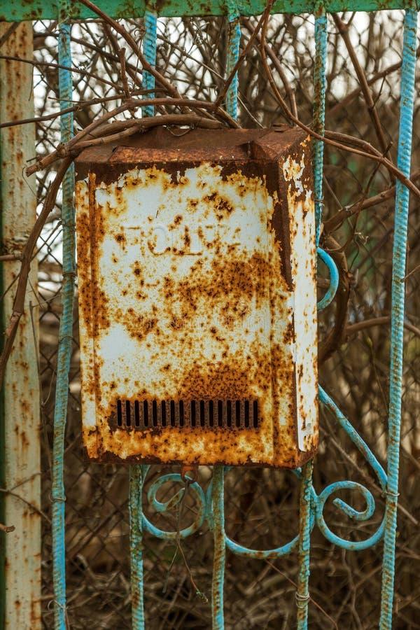 Altes Metallrostiger Briefkasten, Briefkasten Weinleseweinlesekasten für die traditionellen Papierbuchstaben, die an einem rostig stockfotos