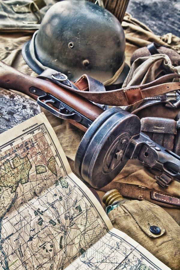 Altes Militärgewehr und Ausrüstung. lizenzfreie stockbilder